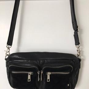 Sort lædertaske med ruskind på lommerne.  Kun brugt få gange.