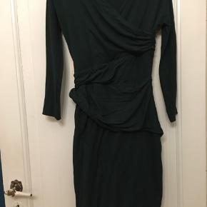 Flot grøn jerseykjole fra Carven, etuikjole med draperinger. Str. 40. Sidder til. Længde 100cm. P.n brugtstand. 150kr Kan hentes Kbh V eller sendes for 38kr DAO