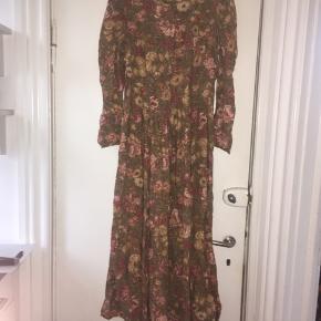 Super smuk vintage blomstret kjole fra Laura Ashley i lækkert materiale. Kjolen er i perfekt stand. 83 % bomuld og 17 % uld. Passer en str 36 og 38.