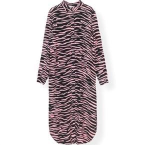 Varetype: Lindale crepe kjole Farve: Multi Oprindelig købspris: 1300 kr. Kvittering haves.  Lækker skjorte kjole med mange muligheder. Super lækker med bælte eller bare åben som kimono. Knapper hele vejen.   Passer en 36-38, den er løs i modellen.   Mp 1000,- pp med DAO og mobilepay