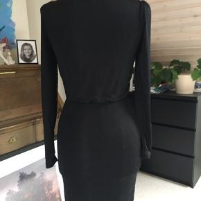 Så fin kjole fra soaked med elastik i taljen. Sort med sølv.  Vasket en gang men kun prøvet på.