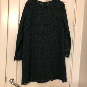 Det er en flot kjole og jeg har brugte bare en gang  st 50  Mål   bryst  ca 2 x 58   Lang ca 86   Hofte ca 58