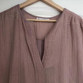 Brand: Loulou Varetype: Kjole Størrelse: S/M Farve: Rosa  Rigtig fin kjole med perle detalje henover ryggen - super blød og god pasform. Bryst ca 2x58 cm Hel længde ca 90 cm foran og plus ca 8 cm bagpå. Bytter ikke