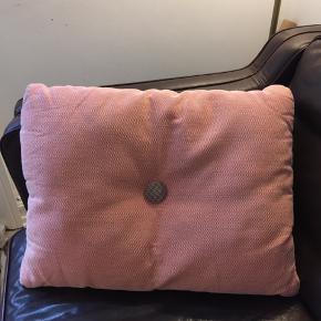 """Hay dot pude i koralfarvet Steelcut Trio tekstil fra Kvadrat. Farven hedder """"Candy"""".  Knapper i kontrastfarver. Bytter ikke. Kan sendes eller afhentes på Islands Brygge, Kbh S.   Bytter ikke. Ønskes TS-handel betaler køber gebyrerne."""