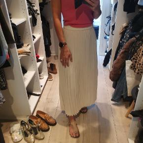 Smuk nederdel. Desværre købt for stor og derfor aldrig brugt. Nypris 599