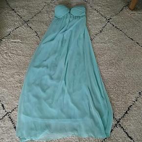 Galla kjole fra Rude str XS i mynte grøn/Turkis med sweetheart.  Sidder meget flot på kroppen. Brugt en gang til Bryllup.