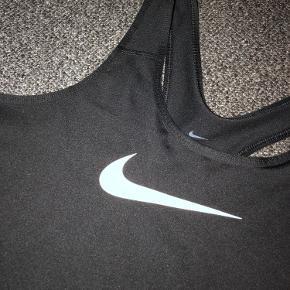Nike trænings top i str. M i sort.  Brugt 1 gang og fremstår som ny.   Kom gerne med et bud.✨