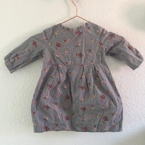 Den yndigste kjole med flotte detaljer, blomster, og 3/4 ærmer. Som ny- ingen pletter eller huller eller andet. Fra franske bonpoint str 4- men lille så svarende til 98.