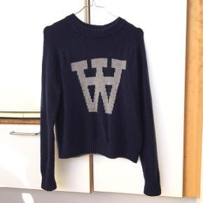 Skøn sweater fra Wood Wood! Den er blevet brugt men er i glimrende stand, som det fremgår på billederne. Sweateren er 65% lambswool og 35% polyamide. Send mig en besked, hvis du har flere spørgsmål 😁