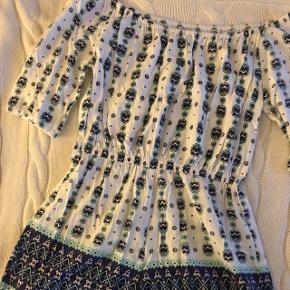 Kort buksedragt. Den er lille i størrelsen, passer en str. small.  Brugt meget få gange og er ikke slidt.
