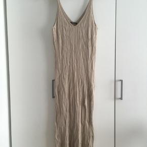 Mellemlang kjole med lille slids i højre side
