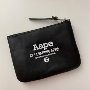 Aape by a Bathing Ape pung. Aldrig brugt, så ingen mærker eller tegn på slid.