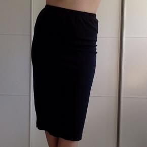 Mørkeblå, stretchy pencil skirt købt i Berlin.
