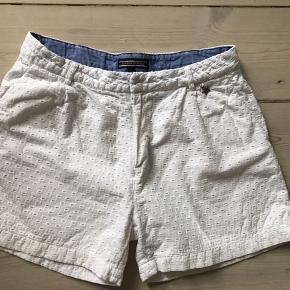 Hvide broderi anglaise shorts. Passer til en str. 8/9 år. Str er 152 men små. Kan reguleres i talje. Meget fin stand, uden pletter el lign.  Helt mobilpay