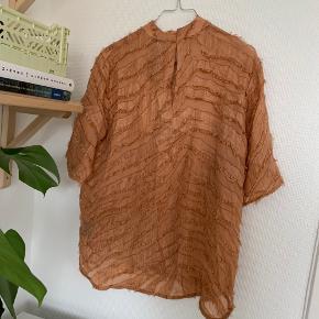 Second Female silke t-shirt i orange / laksefarvet med metallic detaljer 🧡 Aldrig brugt og med mærke.  Kommer fra røgfrit hjem 🌞