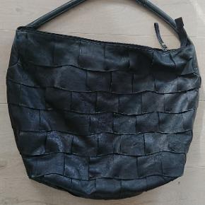 """Lækker blød lædertaske. Har med succes repereret en syning mellem flere """"lapper""""."""