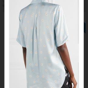 Fineste skjorte fra Stine Goya, sælges da jeg desværre ikke får den brugt nok. Den er brugt ca 3-4 gange og vasket 1 enkelt gang fremstår derfor stort set som ny! BYD