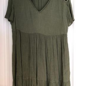 Fin kjole i viskose med fine detaljer ved skulderene. Der står str 3 i kjolen Bm ca 2x53 cm Hel længde ca 86 cm Bytter ikke