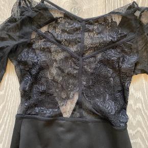 Stram lang kjole fra asos med smukkeste detaljer. Åben ryg og stretchy materiale