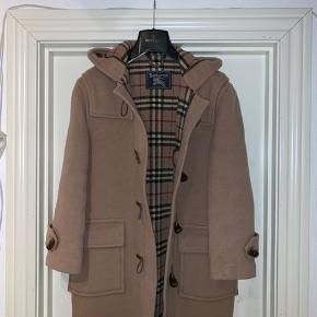 Burberry(s) Duffle Coat Ikke en du ser tit  Den er brugt , medfølger intet originalt da det er en gammel model Str er S eller M, kan ik lge huske- den fitter i hvert fald mellem 175-190