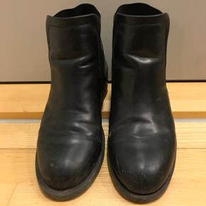 En rigtig god støvle. Den er brugt og der ses en lidt slid, dog ikke af betydning. dette er grunden til den billige pris.