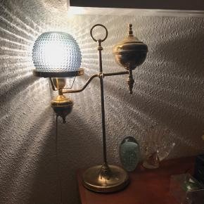 Tung messing lampe. Jeg fandt en seperat glasskærm, som jeg har haft over, der ikke følger med ( ses på billede 2 )
