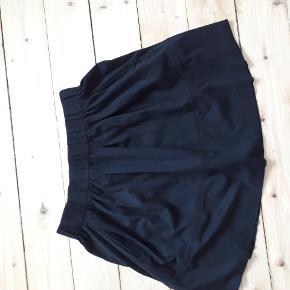 Lækker sort nederdel fra MOVES model KIA. Nederdel magen til i gammelrosa haves i str 36 og en i grøn fra PIECES
