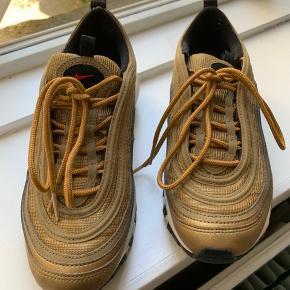 Nike sneaks. Brugt få gange. Små i størrelsen. Passer hvis man er str 37.  På den ene side af skoen er der en mindre ridse (se sidste foto).