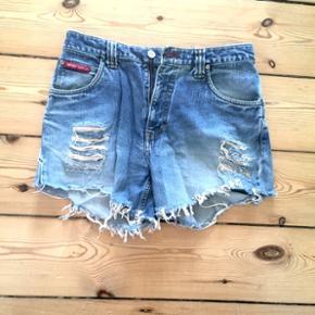 Fede levi's-looking shorts i str. M/38. Sidder i taljen 😊 Sælges kun fordi de er blevet for små til mig. Helt fin stand!