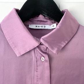 Super flot skjorte med fine detaljer, i satin.