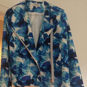 Lækker farverig blå blazer fra Bik bok - designet af bloggeren Angelica Blick.   Køber betaler fragt 😊