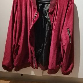 Velour jakke i large, brugt 2 gange. Den har et lille flaw på venstre skulder, som ses på det sidste billede.