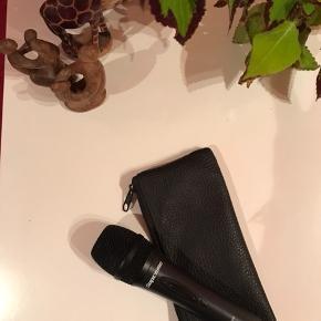 Supreme mic-pack + 6 meter lang ledning.  Indeholder: Mikrofon og læderetui Mikrofonstativ og holder Selve højtaleren Ledninger