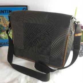 Louis Vuitton Messenger / Computer taske i Damier Geant  Meget unik taske fra Louis Vuitton, de havde kun deres Damier Geant kollektion kørende i omkring et år.  Tasken er i fin stand, den har småligt patina langs kanterne, mindre pletter indeni.  Den kommer uden tilbehør.