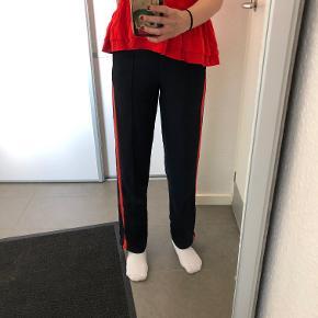 Fede bukser fra H&M med en røde stribe ned ad hvert ben Str: XS Prisen er ikke fast, så byd endelig :)