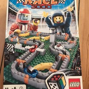 Super sjovt LEGO RACE 3000 spil. Har alle dele, undtaget en spillerbrik (bil) i blå, som er blevet udskiftet med en træklods i samme farve.  Tager 20-30 minutter at spille og er fantastisk underholdning for Lego- og spilglade sjæle.