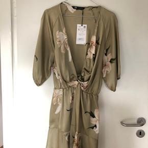 Ny kjole fra Zara. Jeg er normalt en str. M, men kjolen er meget lille i str.😊