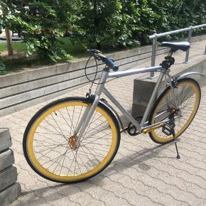 Hey.  Sælger denne super lækre sølv og guld fixie cykel. Den fejler intet og kører som den skal. Super fed cykel, som skiller sig ud her til sommeren. Der kan tilkøbes to vildt fede røde og hvide fælger, som kan skiftes på cyklen.   Ingen fejl eller problemer med cyklen   Kun seriøse bud og prisen er ikke fast. Prisen afhænger af de modtagerne bud.