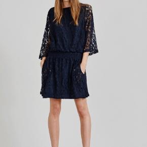 Varetype: Midi Farve: Blå Oprindelig købspris: 800 kr. Prisen angivet er inklusiv forsendelse.  Bytter ikke.   Super sød kjole. Er kun brugt et par gange.   Jeg er 172 cm, og den går mig til over knæene.   Bytter ikke.   Sender med dao.
