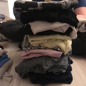 En bunke tøj med 10 styk til 100 kr.  Størrelse medium.
