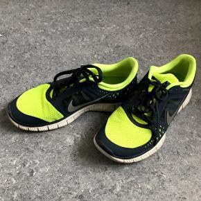 42,5 Nike free, velholdt i farver og materiale. Funky løbe og fashion sko.