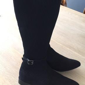 """Fine støvler med """"elastik"""" stof omkring læggen. Passes af alle str læg😊aldrig brugt Sender gerne på købers regning"""