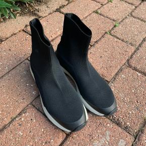 Sock sneakers fra Zara, brugt meget sparsomt.  sælges for 200 incl porto. Jeg bytter ikke.