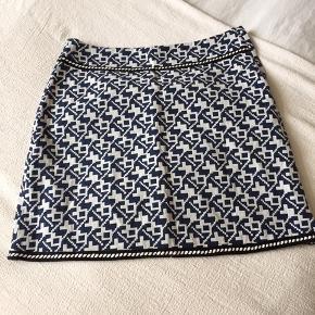 Lårkort nederdel fra Anna Scott Lynlås i siden