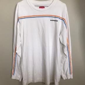 Lækker supreme Full Stripe Longsleeve i hvid  med orange og blå striber. Næsten ikke brugt. Trøjen er fra SS17 Der medfølger OG pose. Kvittering kan sendes på mail