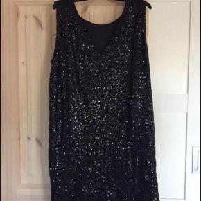 Rigtig flot kjole til julefrokost eller nytår - kan styles både op og ned.  Kun brugt én enkelt gang, så den fremstår som ny.