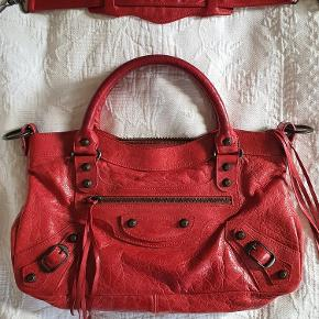 Jeg sælger min fine First håndtaske/skuldertaske fra 2007. Spejl og ekstra tassels medfølger.  Mål: 33 x 19 cm.