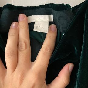 Flotte velourbukser fra H&M. Kun brugt få gange. Se flere billeder i kommentarerne. Kan sendes eller afhentes på Østerbro  Kun denne uge: to for éns pris!