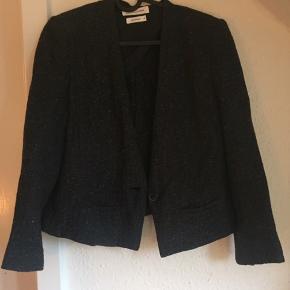Rigtig fin 3/4 ærmet blazer / cardigan i str. FR. 42 som svarer til str. 38/M i dansk størrelse.