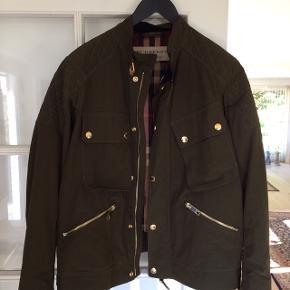 Burberry jakke st. 54 købt.Nypris 7000,- købt i efteråret 2018 Kvittering haves, brugt 2-3 gange  Kom med et bud da jeg ikke kender til prisen på sådan en vare :-)